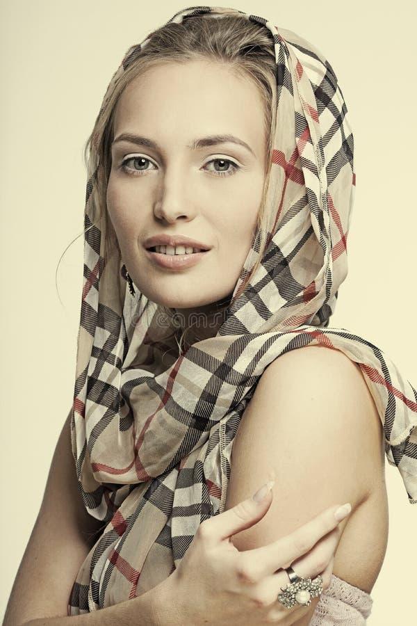 Όμορφο χαμογελώντας κορίτσι με τη φθορά του κοσμήματος στοκ εικόνα με δικαίωμα ελεύθερης χρήσης