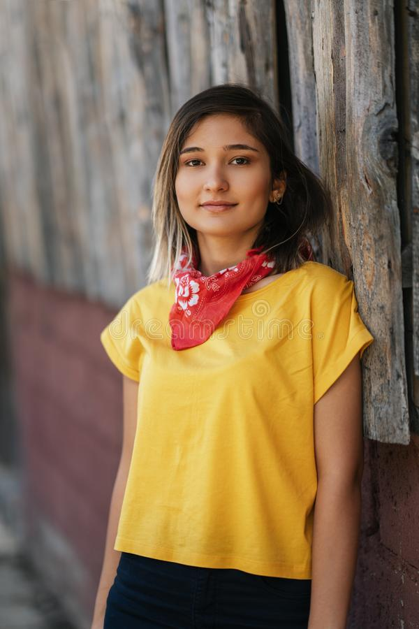 Όμορφο χαμογελώντας κορίτσι που απολαμβάνει το θερμό θερινό καιρό στοκ εικόνα