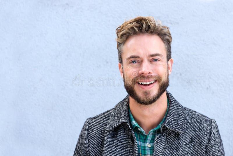 Όμορφο χαμογελώντας άτομο με τη γενειάδα στοκ εικόνα με δικαίωμα ελεύθερης χρήσης