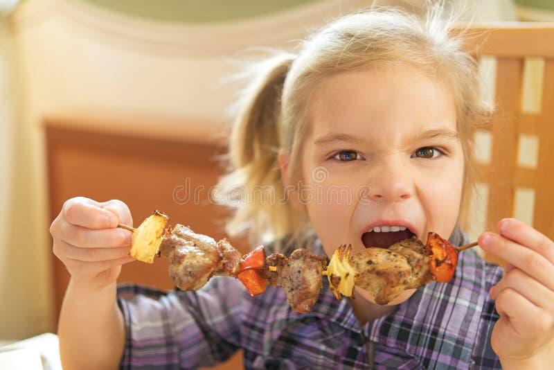 Όμορφο χαμογελώντας κορίτσι που τρώει kebab στοκ εικόνες