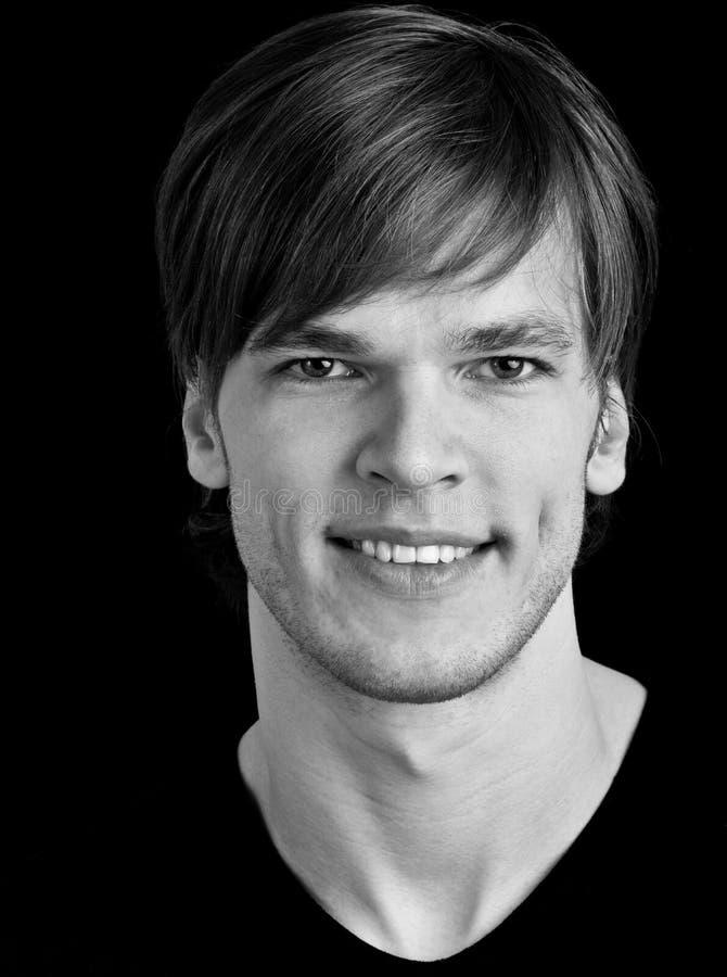Download Όμορφο χαμόγελο νεαρών άνδρων Στοκ Εικόνες - εικόνα από αρσενικό, πτυχωμένος: 22790974