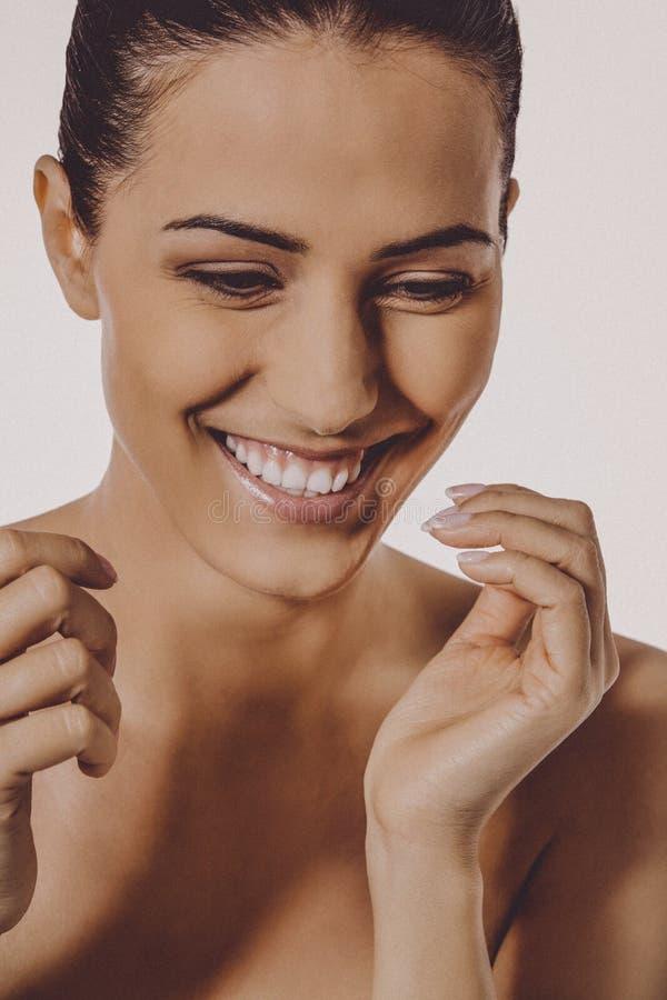 Όμορφο χαμόγελο της ευτυχούς γυναίκας στοκ φωτογραφία