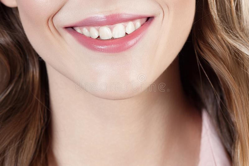 Όμορφο χαμόγελο του νέου όμορφου στενού επάνω πορτρέτου κοριτσιών στοκ εικόνα με δικαίωμα ελεύθερης χρήσης