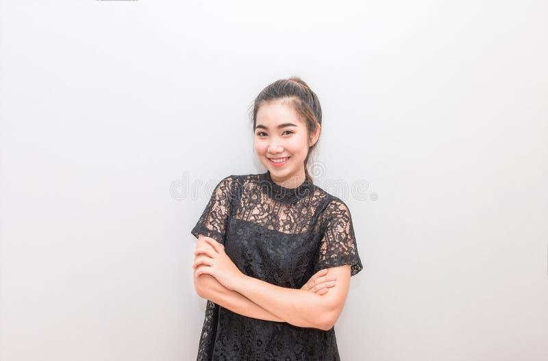 Όμορφο χαμόγελο γυναικών της Ασίας και διαγώνιος βραχίονας στοκ εικόνα με δικαίωμα ελεύθερης χρήσης