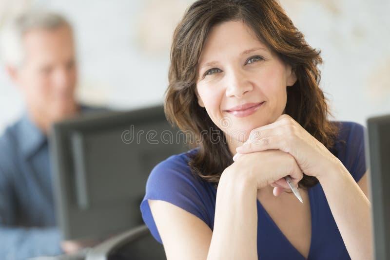 Όμορφο χαμόγελο επιχειρηματιών στην αρχή στοκ εικόνες