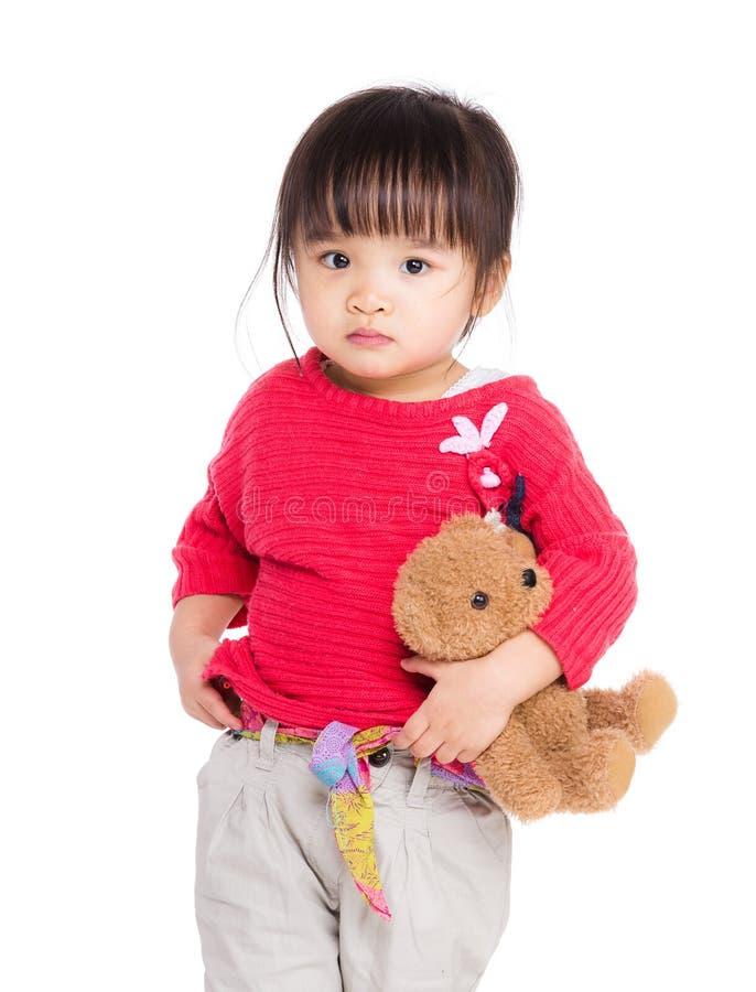 Όμορφο χαριτωμένο αγκάλιασμα κοριτσιών με την αρκούδα στοκ φωτογραφία