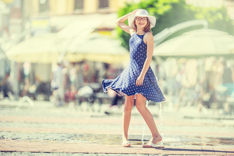 Όμορφο χαριτωμένο νέο κορίτσι που χορεύει στην οδό από την ευτυχία Χαριτωμένο ευτυχές κορίτσι στα θερινά ενδύματα που χορεύουν στ στοκ εικόνες