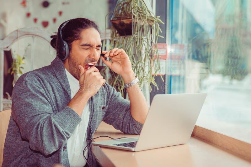 Όμορφο χασμουρητό ατόμων telemarketer στοκ φωτογραφίες με δικαίωμα ελεύθερης χρήσης