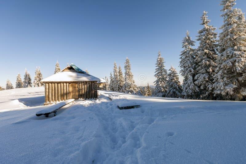 Όμορφο χειμερινό ηλιόλουστο τοπίο παραμυθιού Ξύλινη καλύβα ποιμένων στοκ εικόνα με δικαίωμα ελεύθερης χρήσης