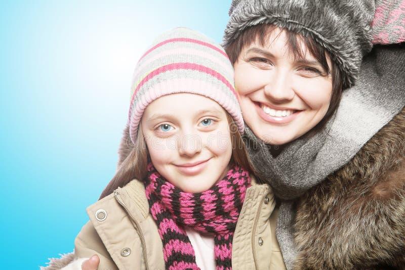 Όμορφο χειμερινό πορτρέτο κορών μητέρων στοκ φωτογραφία
