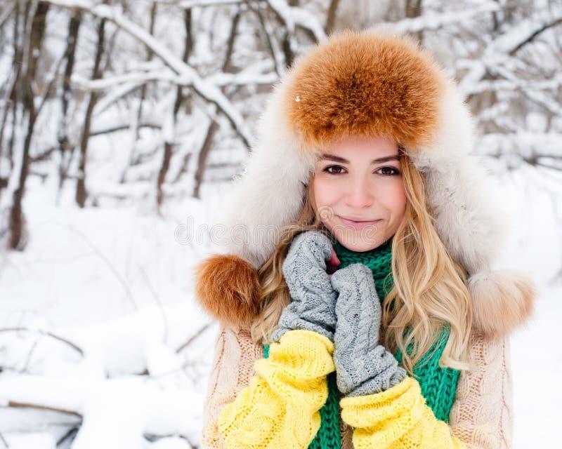Όμορφο χειμερινό πορτρέτο της νέας γυναίκας στο χειμερινό χιονώδες τοπίο στοκ φωτογραφία με δικαίωμα ελεύθερης χρήσης