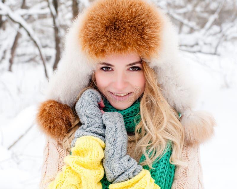 Όμορφο χειμερινό πορτρέτο της νέας γυναίκας στο χειμερινό χιονώδες τοπίο στοκ εικόνα