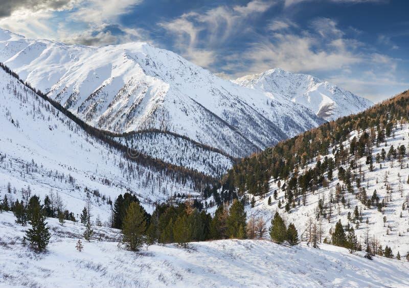 Download Όμορφο χειμερινό τοπίο, βουνά Ρωσία Altai Στοκ Εικόνα - εικόνα από σύννεφα, βράχος: 62711843
