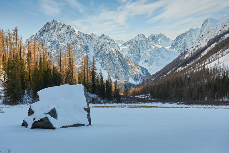 Download Όμορφο χειμερινό τοπίο, βουνά Ρωσία Altai Στοκ Εικόνες - εικόνα από παγετός, βουνά: 62711960