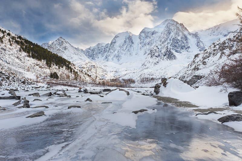 Download Όμορφο χειμερινό τοπίο, βουνά Ρωσία Altai Στοκ Εικόνες - εικόνα από πάγος, σκληρός: 62711996