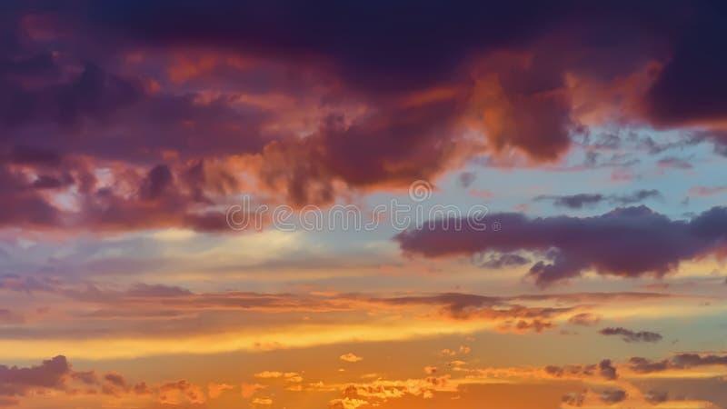 Όμορφο χρυσό φλογερό ηλιοβασίλεμα, δονούμενα πορφυρά σύννεφα, που εξισώνει τον ουρανό Φυσικό υπόβαθρο, σκιές τέχνης στοκ εικόνα