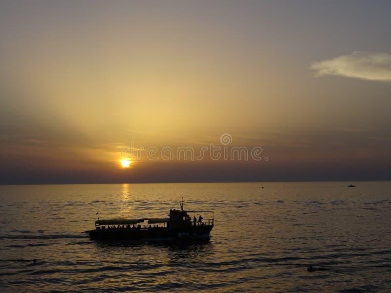 Όμορφο ωκεάνιο ηλιοβασίλεμα με το silhoutte στοκ εικόνες