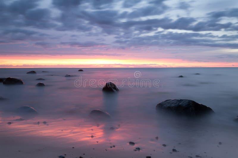 Όμορφο ωκεάνιο ηλιοβασίλεμα στην παραλία ενός εθνικού πάρκου στη Σουηδία στοκ φωτογραφία με δικαίωμα ελεύθερης χρήσης