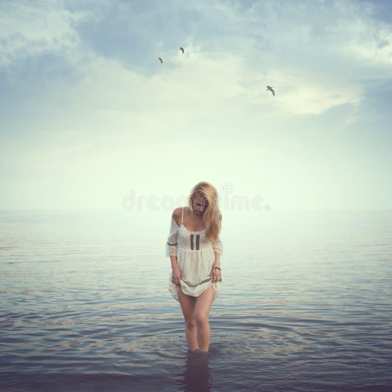 όμορφο ύδωρ κοριτσιών Παραλία, ανατολή, κρύο στοκ εικόνες