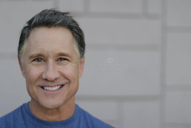 Όμορφο ώριμο αρσενικό με ένα τέλειο χαμόγελο στοκ φωτογραφία με δικαίωμα ελεύθερης χρήσης
