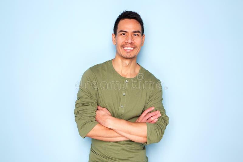 Όμορφο ώριμο ασιατικό άτομο στην μπλούζα στοκ εικόνα