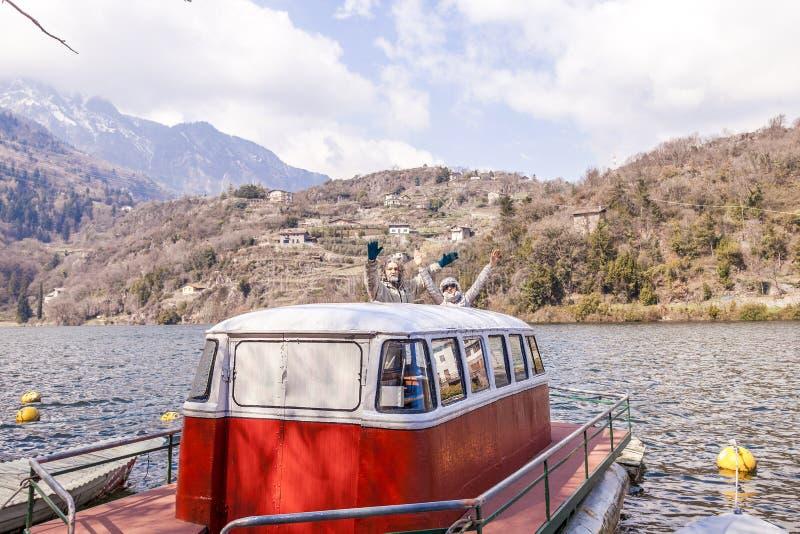 Όμορφο ώριμο ζεύγος που έχει τη συνεδρίαση διασκέδασης σε μια βάρκα στοκ εικόνες