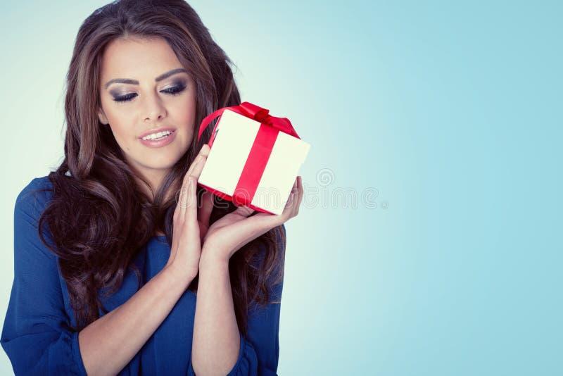 Όμορφο δώρο λαβής πορτρέτου γυναικών στο χρώμα Χριστουγέννων στοκ φωτογραφία με δικαίωμα ελεύθερης χρήσης