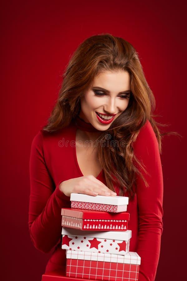 Όμορφο δώρο λαβής πορτρέτου γυναικών στο ύφος χρώματος Χριστουγέννων στοκ φωτογραφίες με δικαίωμα ελεύθερης χρήσης