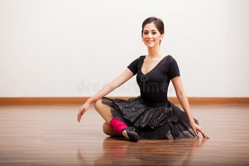 Όμορφο ballerina που παίρνει ένα σπάσιμο στοκ φωτογραφία με δικαίωμα ελεύθερης χρήσης