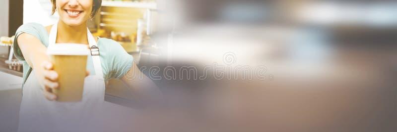 Όμορφο barista που κρατά το μίας χρήσης φλυτζάνι στοκ εικόνα