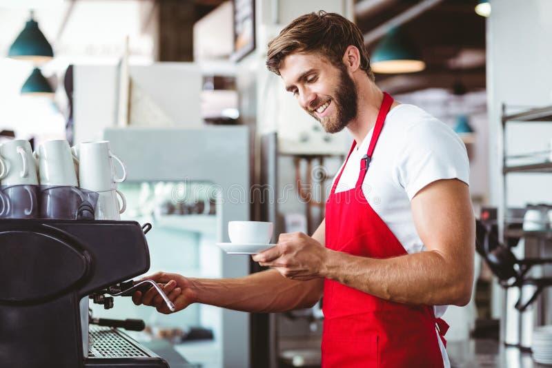 Όμορφο barista που προετοιμάζει ένα φλιτζάνι του καφέ στοκ φωτογραφία