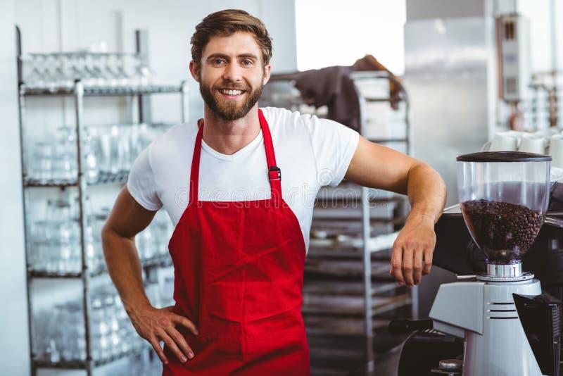Όμορφο barista που χαμογελά στη κάμερα στοκ φωτογραφία με δικαίωμα ελεύθερης χρήσης