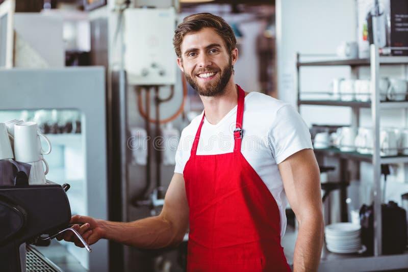 Όμορφο barista που χαμογελά στη κάμερα στοκ εικόνα με δικαίωμα ελεύθερης χρήσης