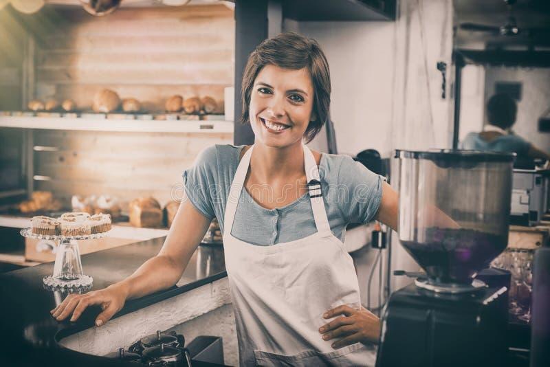 Όμορφο barista που χαμογελά στη κάμερα στοκ εικόνες