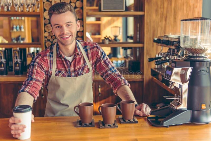 Όμορφο barista στον καφέ στοκ εικόνες