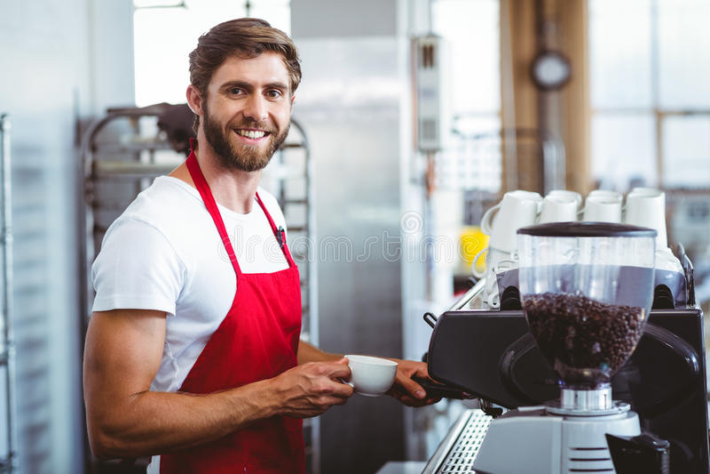 Όμορφο barista χρησιμοποιώντας τη μηχανή καφέ στοκ φωτογραφίες με δικαίωμα ελεύθερης χρήσης