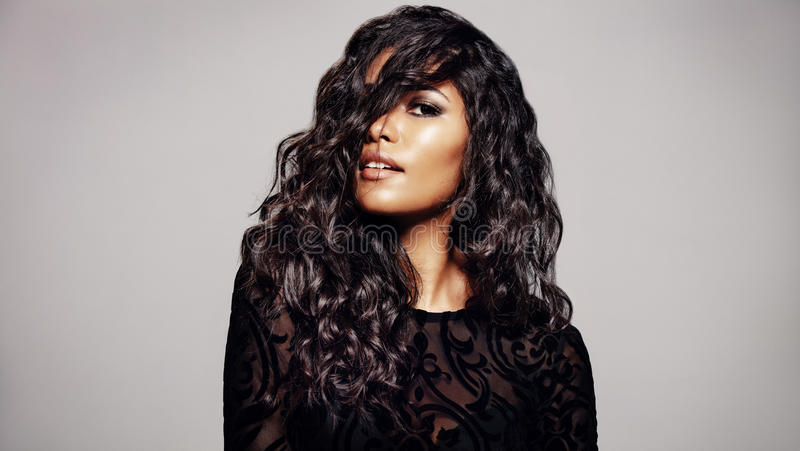 Όμορφο brunette με το κυματιστό hairstyle στοκ φωτογραφίες με δικαίωμα ελεύθερης χρήσης