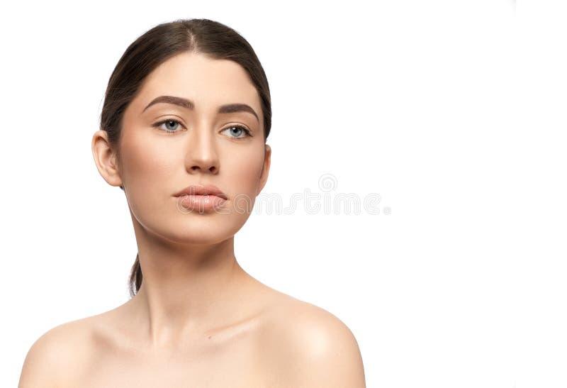 Όμορφο brunette με το μαλακό δέρμα απομονωμένο στο λευκό υπόβαθρο στοκ εικόνες με δικαίωμα ελεύθερης χρήσης
