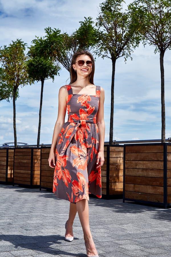 Όμορφο brunette νέο προκλητικό γυναικών φόρεμα sundress ένδυσης ζωηρόχρωμο στοκ εικόνα