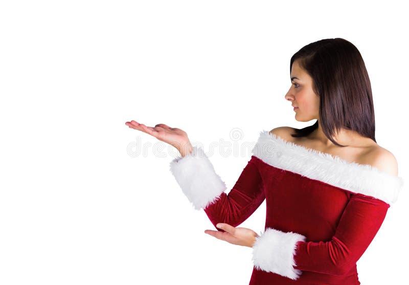 Όμορφο brunette να αντέξει εξαρτήσεων santa στα χέρια στοκ εικόνα με δικαίωμα ελεύθερης χρήσης