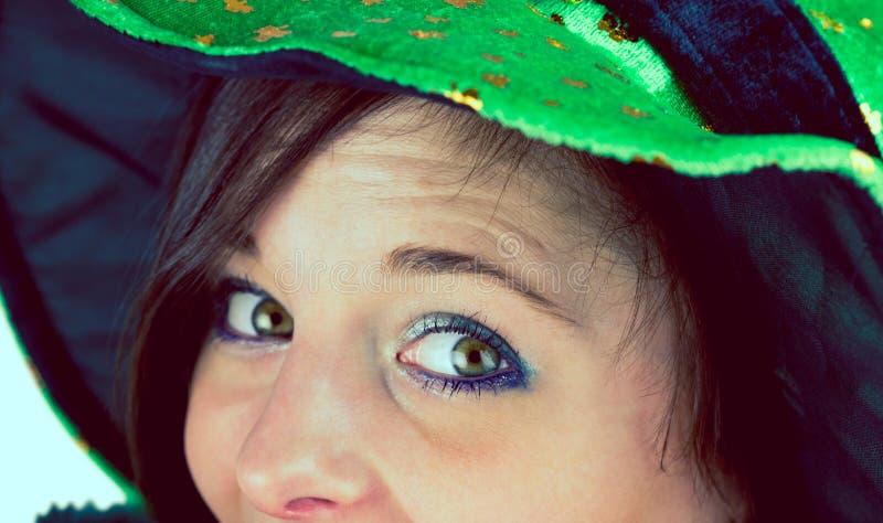 Όμορφο brunette που γιορτάζει την ημέρα Αγίου Patricks στοκ φωτογραφία με δικαίωμα ελεύθερης χρήσης