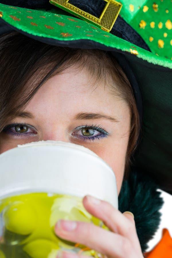 Όμορφο brunette που γιορτάζει την ημέρα Αγίου Patricks στοκ εικόνα