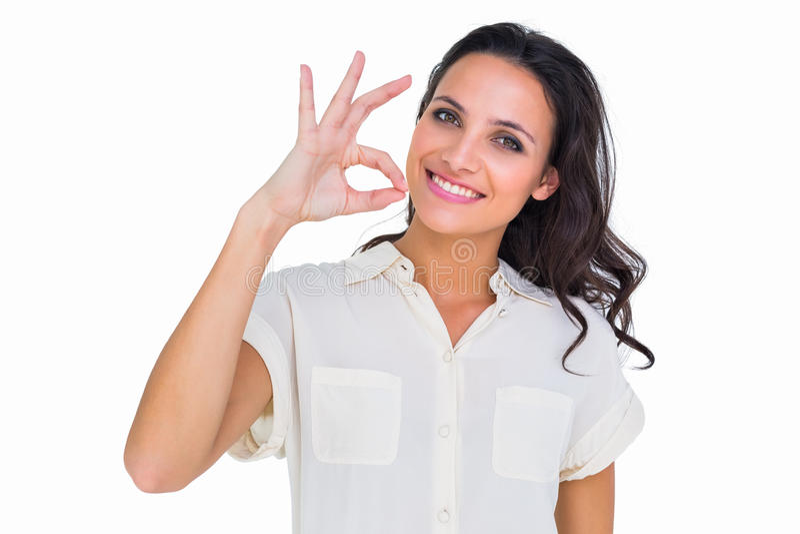 Όμορφο brunette που κάνει το εντάξει σημάδι στοκ φωτογραφία με δικαίωμα ελεύθερης χρήσης