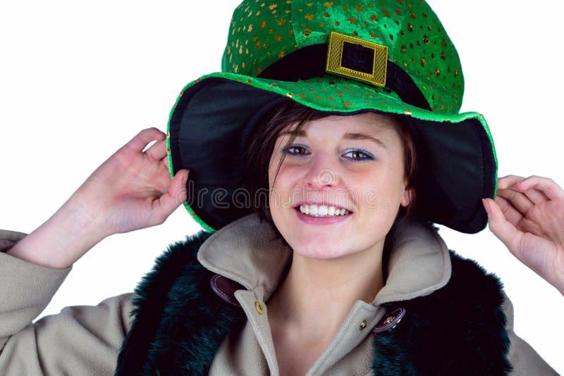 Όμορφο brunette που φορά το πράσινο καπέλο στοκ φωτογραφία με δικαίωμα ελεύθερης χρήσης