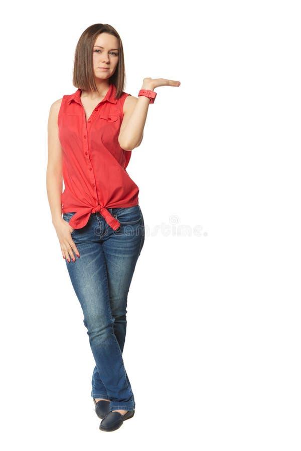 Όμορφο brunette στο τζιν παντελόνι και ένα κόκκινο πουκάμισο επάνω στοκ φωτογραφίες με δικαίωμα ελεύθερης χρήσης
