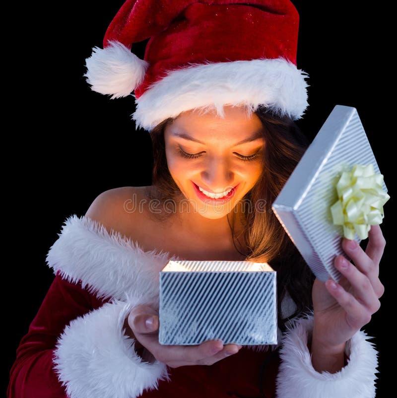 Όμορφο brunette στο δώρο ανοίγματος εξαρτήσεων santa στοκ εικόνες