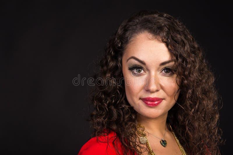 Όμορφο brunette υπό μορφή τσιγγάνου σε ένα σκοτεινό υπόβαθρο στοκ εικόνες με δικαίωμα ελεύθερης χρήσης