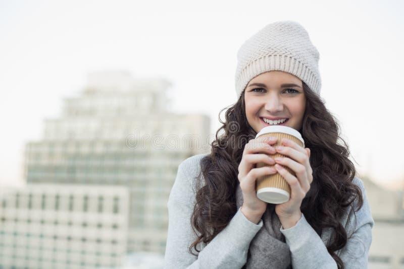 Όμορφο brunette χαμόγελου που έχει τον καφέ στοκ εικόνες