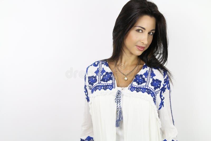 Όμορφο brunette χαμόγελου που φορά μια τινίκ στοκ εικόνα με δικαίωμα ελεύθερης χρήσης