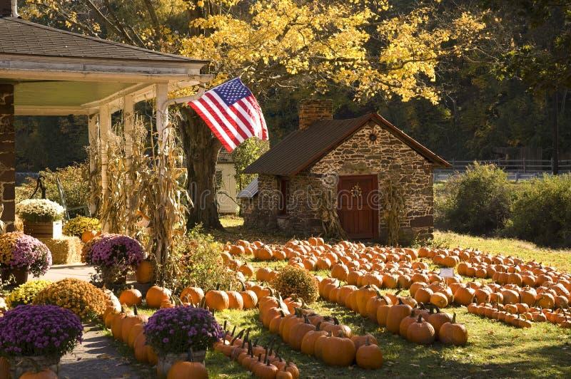 Όμορφο farmhouse το φθινόπωρο στοκ εικόνα